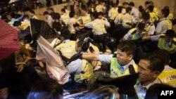 Гонконгдун администрациясынын жанындагы полиция менен нааразылардын тиреши. 15-октябрь, 2014-жыл.