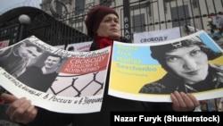 """Acțiunea """"Eliberați-o pe Savcenko"""" în fața ambasadei ruse de la Kiev"""
