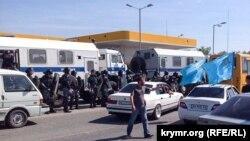 Російська поліція в окупованому Криму намагається обмежити автопробіг кримських татар пам'яті роковин депортації, 18 травня 2015 року