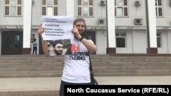 Идрис Юсупов в пикете в защиту своего коллеги Абдулмумина Гаджиева, архивное фото