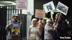 Мітинг біля концертної зали на знак протесту проти виступу ансамблю «Александровці»