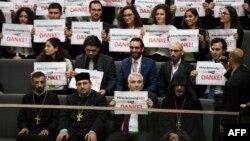 Jermenski aktivisti i vjerski velikodostojnici u Bundestagu su zahvalili natpisima na usvajanju rezolucije, 2. juni 2016.