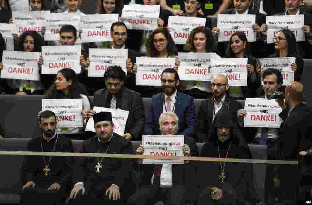 Члени вірменської громади Німеччини під час дебатів щодо ухвалення символічної резолюції про визнання геноцидом масового вбивства вірмен оттоманськими збройними силами в 1915 році