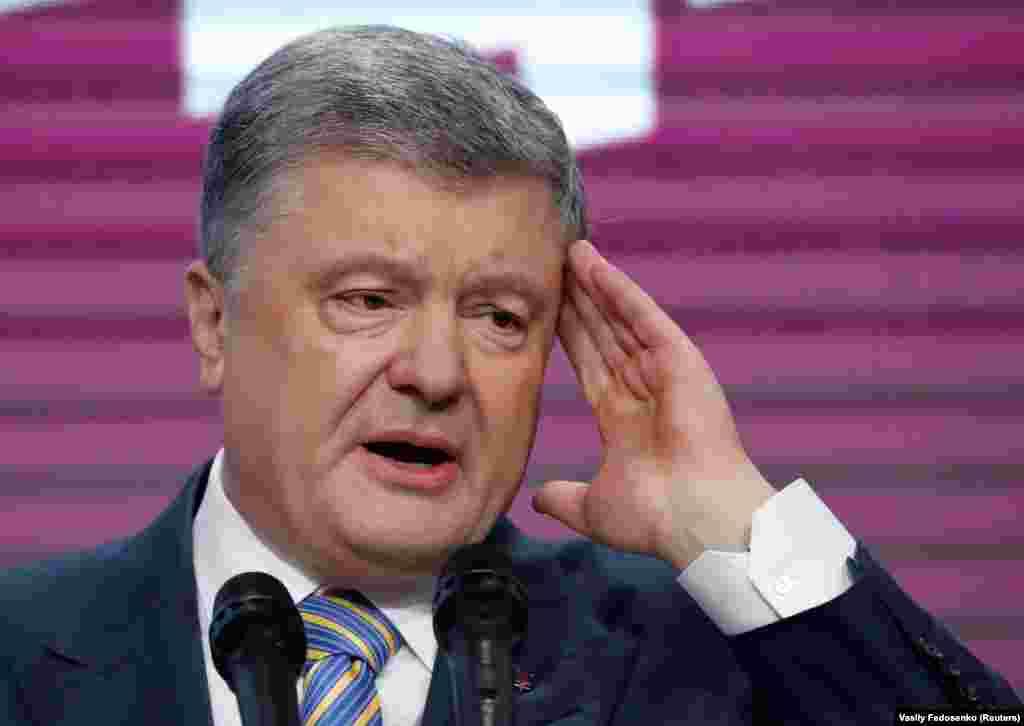 Президент України і кандидат у президенти Петро Порошенко виступає з промовою після оголошення перших результатів екзит-полу в своєму штабі в Києві
