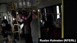 Жалал-Абад шаарында медицина кызматкерлерин ташыган автобус. 14-апрель 2020-жыл.