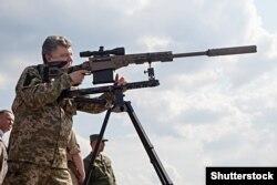 Президент Украины Петр Порошенко много внимания уделяет исполнению обязанностей верховного главнокомандующего
