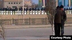 Қала көшесінде тізіліп тұрған полиция жасағы. Жаңаөзен, қаңтар 2012 жыл.