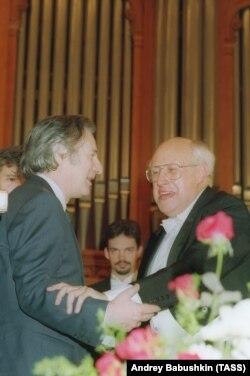 Альфред Шнитке (слева) и Мстислав Ростропович в Московской консерватории, 1993