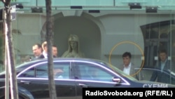 Ігор Воронін біля палацу, де святкував день народження Дмитро Фірташ