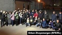 Группа людей, встретившая активиста Болатбека Блялова, вышедшего из заключения. Нур-Султан, 5 мая 2019 года.
