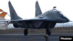 Yerevanda təlim uçuşundan dönən Rusiyanın Mig-29 təyyarəsi. 14 mart 2014