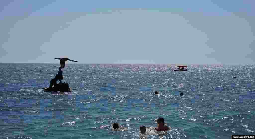 З «Русалки» відпочивальники пірнають у море