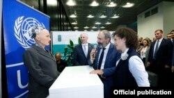 Baş nazir Nikol Pashinian həyat yoldaşı Anna Hakobian ilə sammit öncəsi keçirilən iqtisadi forumda, 10 oktyabr, 2018-ci il