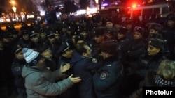 Полиция задерживает людей на площади Свободы в Ереване, 15 января 2015 г․