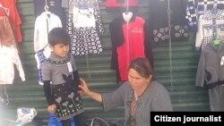 Женщина, занимающаяся мелкой торговлей на рынке в Шерабадском районе.