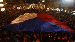 Граѓаните му одаваат последна почит на починатиот Хавел во центарот на Прага.