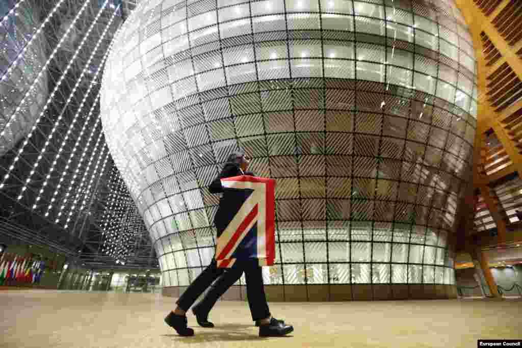 БЕЛГИЈА / ВЕЛИКА БРИТАНИЈА - Во Брисел почна седмиот круг разговори меѓу Европската унија и Велика Британија за нивните идни односи и ќе траат до 21 август, до кога мора да се решат преостанатите нерешени прашања што ги спречуваат страните да постигнат конечен договор.