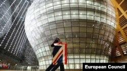Служители на Европейския съвет прибират британското знаме, след като страната излезе от ЕС на 31 януари