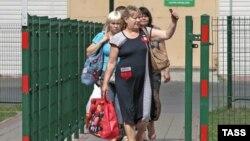 Женщины переходят пограничный пункт на российской границе. Иллюстративное фото.
