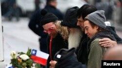 """Цветы к месту гибели жертв теракта в """"Батаклане"""" в Париже возлагают участники американской рок-группы, выступавшей 13 ноября в этом концертном зале"""