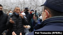 Один из участников траурной акции в Алматы обращается к журналистам. 13 ноября 2020 года.