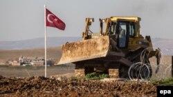 Սիրիա - Թուրքիայի դրոշը Սուլեյման շահի նոր գերեզմանի տարածքում, 22-ը փետրվարի, 2015թ.