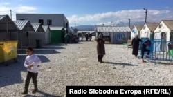Архива: Мигранти одмораат во транзитниот камп Вунојуг во Гевгелија.