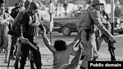 Задержание демонстранта полицейским спецназом. Аргентина, времена военной хунты, 1970-е годы