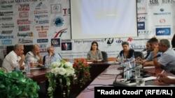 Мизи гирд бо ширкати мақомоти давлатӣ ва мутахассисон дар шаҳри Душанбе.
