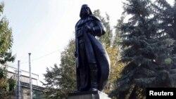 В Одесі місцевий художник Олександр Мілов перетворив пам'ятник Леніну на пам'ятник Дарту Вейдеру. Одеса, 23 жовтня 2015 року