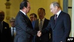 Presidenti i Francës shtrëngon duart me homologun rus, Vladimir Putin