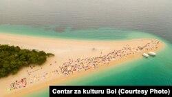 """""""Afera o tome tko će iznajmljivati ležaljke na plaži trese zemlju."""" (na fotografiji: Zlatni rat)"""