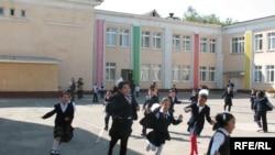Алматыдағы Шоқан Уәлиханов атындағы №12 қазақ гимназиясы. Алматы, 23 қыркүйек 2008 ж.