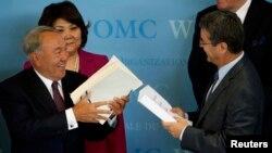 Генеральний директор СОТ Роберто Азаведо (П) і президент Казахстану обмінюються документами, Женева, 27 липня 2015