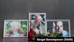 Flowers have been brought to Moscow's Central House of Journalists in memory of three Russian journalists killed in the Central African Republic.