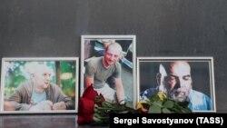 Žurnalistleriň Merkezi öýünde MAR-da öldürilen žurnalistleri hormatyna gül çemenleri goýuldy. 31-nji iýul, 2018 ý.