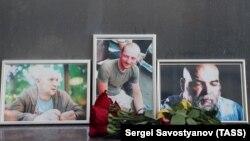 Оңтүстік Африка Республикасында қаза тапқан ресейлік журналистер: (солдан оңға қарай) Александр Расторгуев, Кирил Радченко және Орхан Джемальдің портреттері. Мәскеу, 1 тамыз 2018 жыл.