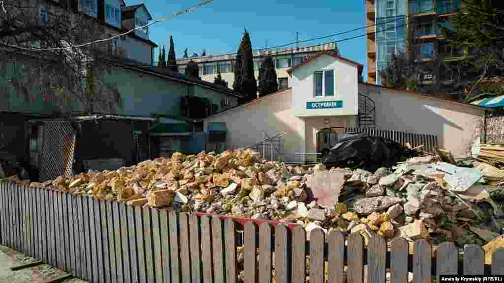 Naberejnaya soqağınıñ bir tarafında, keçken yılnıñ talaplarına köre, eski binalarnı yıqalar
