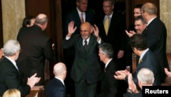 Ашраф Гани АКШ Конгрессинде сүйлөө үчүн залга кирип баратат
