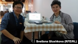 Активистки организации Feminita Гульзада Сержан (слева) и Жанар Секербаева. Астана, 17 мая 2017 года.