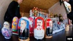 Қысқы олимпиада кезінде сатылған Путин, Сталин, Ленин матрешкалары. Сочи, 6 ақпан 2014 жыл. (Көрнекі сурет)