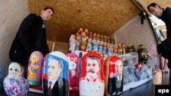 Zvanična Moskva se odnosi selektivno prema sovjetskoj prošlosti; Foto: Babuške sa likovima Putina, Staljina i Lenjina