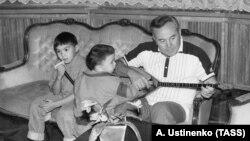 Нұрсұлтан Назарбаевтың Қазақстан президенті болып тұрған кезде үлкен қызы Дариға Назарбаеваның балалары Нұрәли (сол жақта) және Айсұлтанмен бірге түскен суреті.