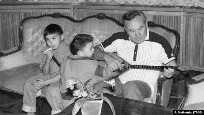 Нурсултан Назарбаев в бытность президентом Казахстана с внуками Нурали (слева) и Айсултаном, детьми Дариги Назарбаевой.