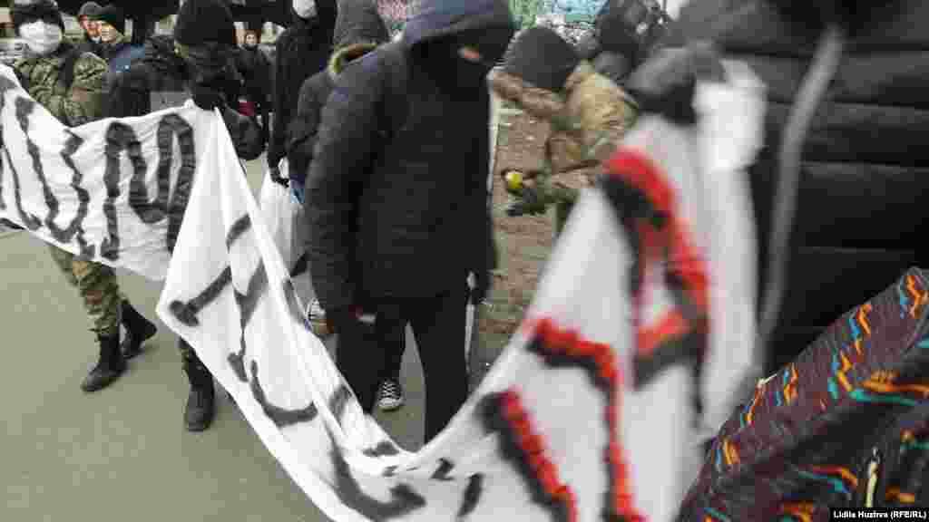 Більшість учасників акції ховає обличчя