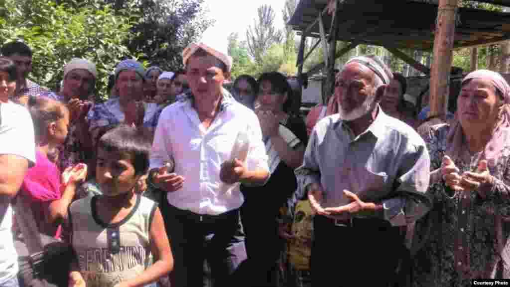В селе Марказ проживают представители кыргызской, таджикской и узбекской национальностей. По словам местных жителей, сельчане разных национальностей нередко женятся друг на друге.