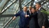 Қазақстан президенті Нұрсұлтан Назарбаев (сол жақта) EXPO-2017 ашылар алдында көрме нысандарын аралап жүр. Қазақстан президентінің ресми сайтындағы сурет.