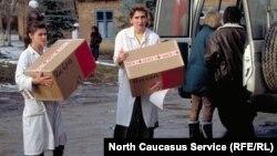 Передача медикаментов в больницу. Чечня, 1995 год