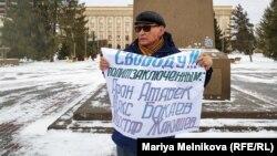 Активист Калиолла Гумаров во время одиночного пикета на центральной площади Уральска. 27 января 2020 года.