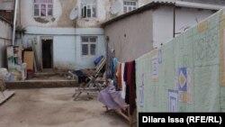 Абай ауылындағы Шарипа Батырбекова тұратын екі қабатты барак үй. Сарыағаш ауданы, Оңтүстік Қазақстан облысы, 13 наурыз 2018 жыл
